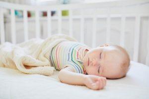 Le bébé dort dans son berceau