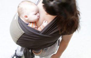 maman avec porte bébé en écharpe