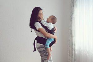 maman tient son bébé