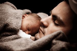 bébé qui dort contre son papa