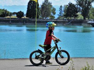 garçon avec un casque pousse le vélo