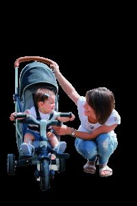 Maman promenne bébé en tricycle
