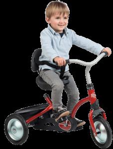 garçon attaché sur tricycle rouge et noir