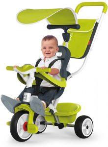 petit enfant assis sur le tricycle vert