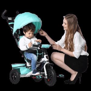 Maman souriante touche le auvent du tricycle bleu