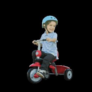 petit garçon assis sur un tricycle rouge porte un casque bleui