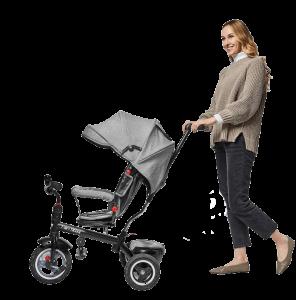 jeune femme pousse un tricycle de couleur grise