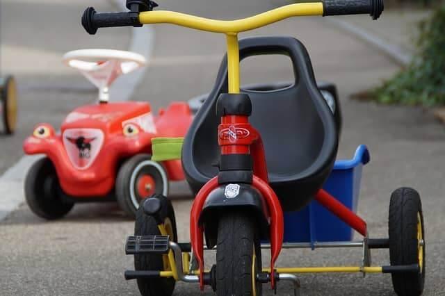 tricycle bébé et jouet sont sur la route!