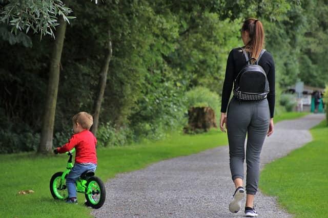 bébé fait du vélo avec maman